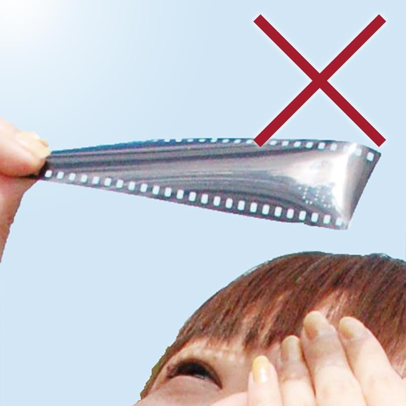 フィルムの切れ端で太陽を観察している様子