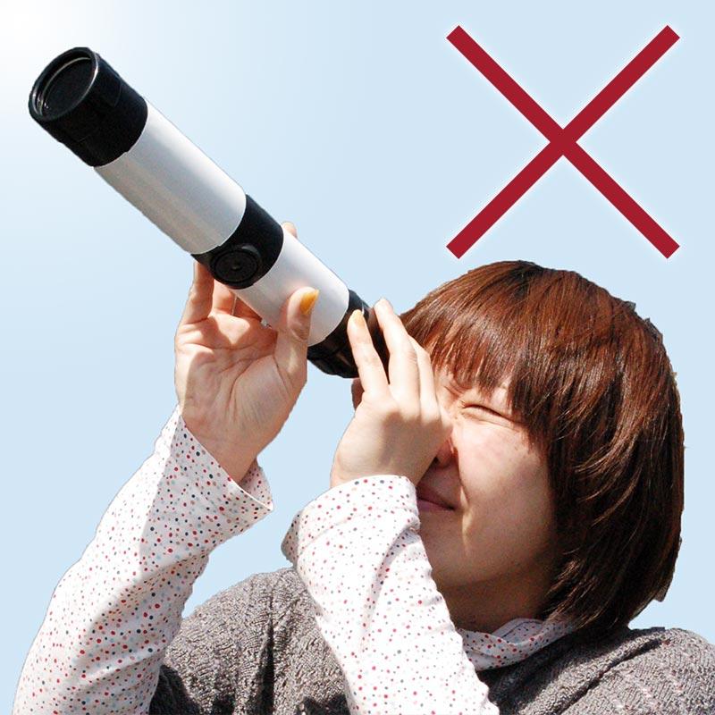 望遠鏡で太陽を観察している様子