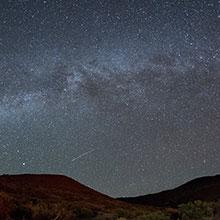 マウナケア、夏の競演——天の川とペルセウス座流星群