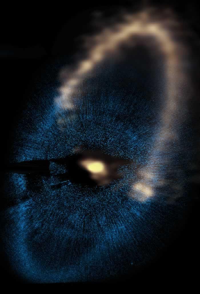 星を取り巻く塵の環 アルマ望遠鏡とハッブル宇宙望遠鏡が観測した、みなみのうお座の1等星フォ...