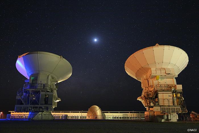 澄んだ空のもとで――アルマ望遠鏡アンテナと金星と天の川