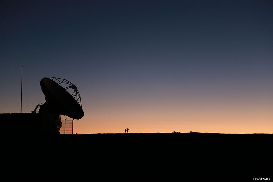 夕暮れの空を眺める3つのシルエット