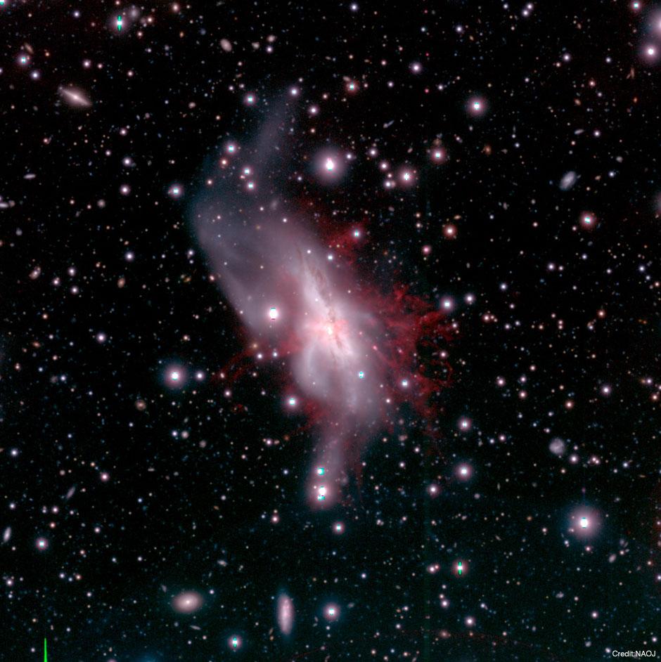 合体銀河NGC 6240から吹き出す巨大銀河風