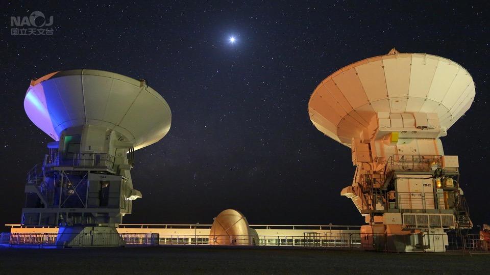 アルマ望遠鏡アンテナと金星と天の川