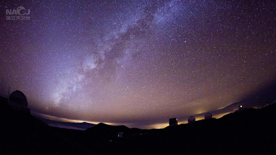 マウナケアの上に傾く天の川銀河