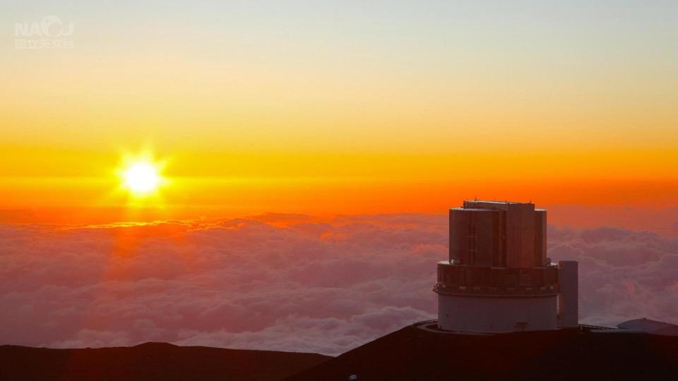 金色に輝く夕空の下、観測に備えるすばる望遠鏡