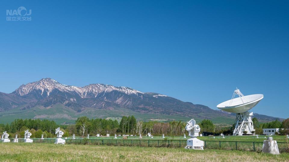 青空に映える電波望遠鏡群と八ヶ岳