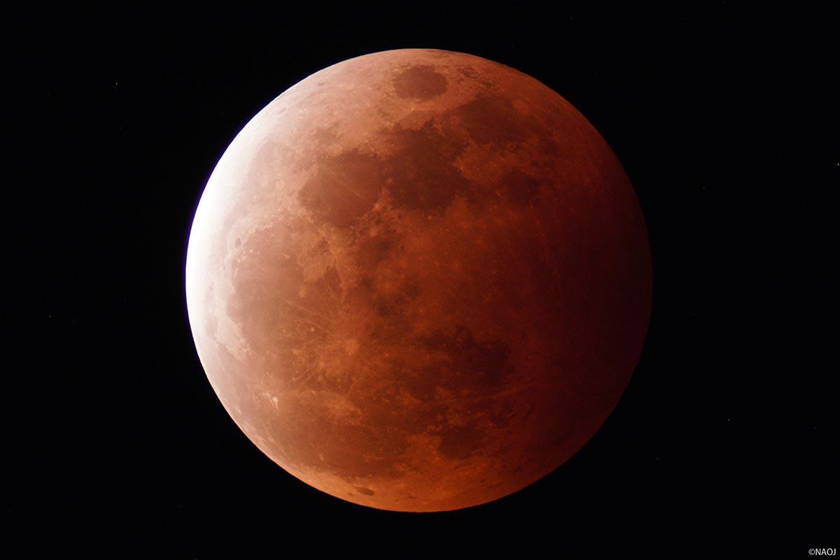 石垣島天文台で撮影した皆既月食(20時18分、食の最大)