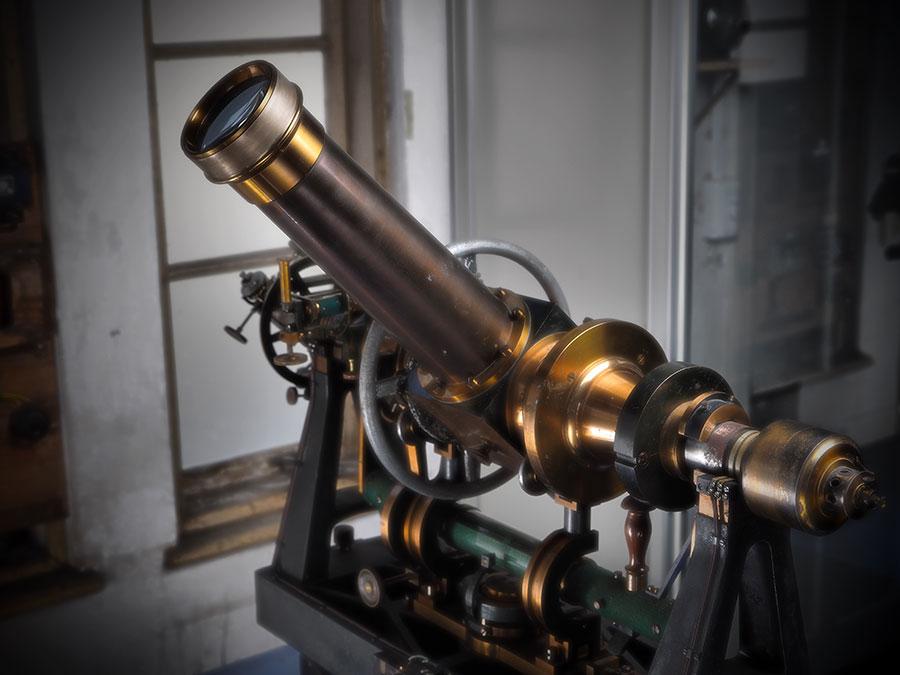 日本の標準時決定の観測に使用されていた、90ミリメートルバンベルヒ子午儀
