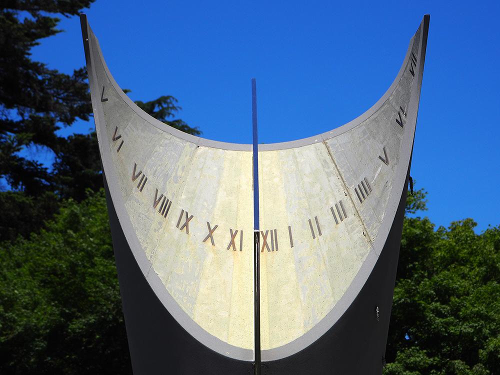 国立天文台三鷹キャンパスの中央棟前に立つ日時計。