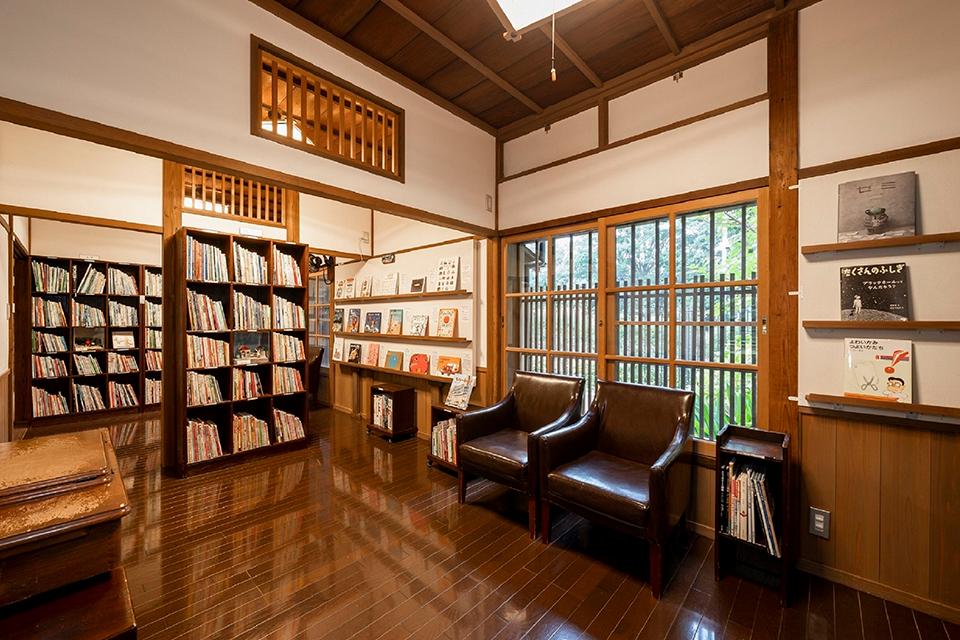2500冊におよぶ絵本などが並ぶ読書室
