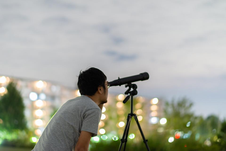 小型望遠鏡で、気軽に星空を楽しむ。