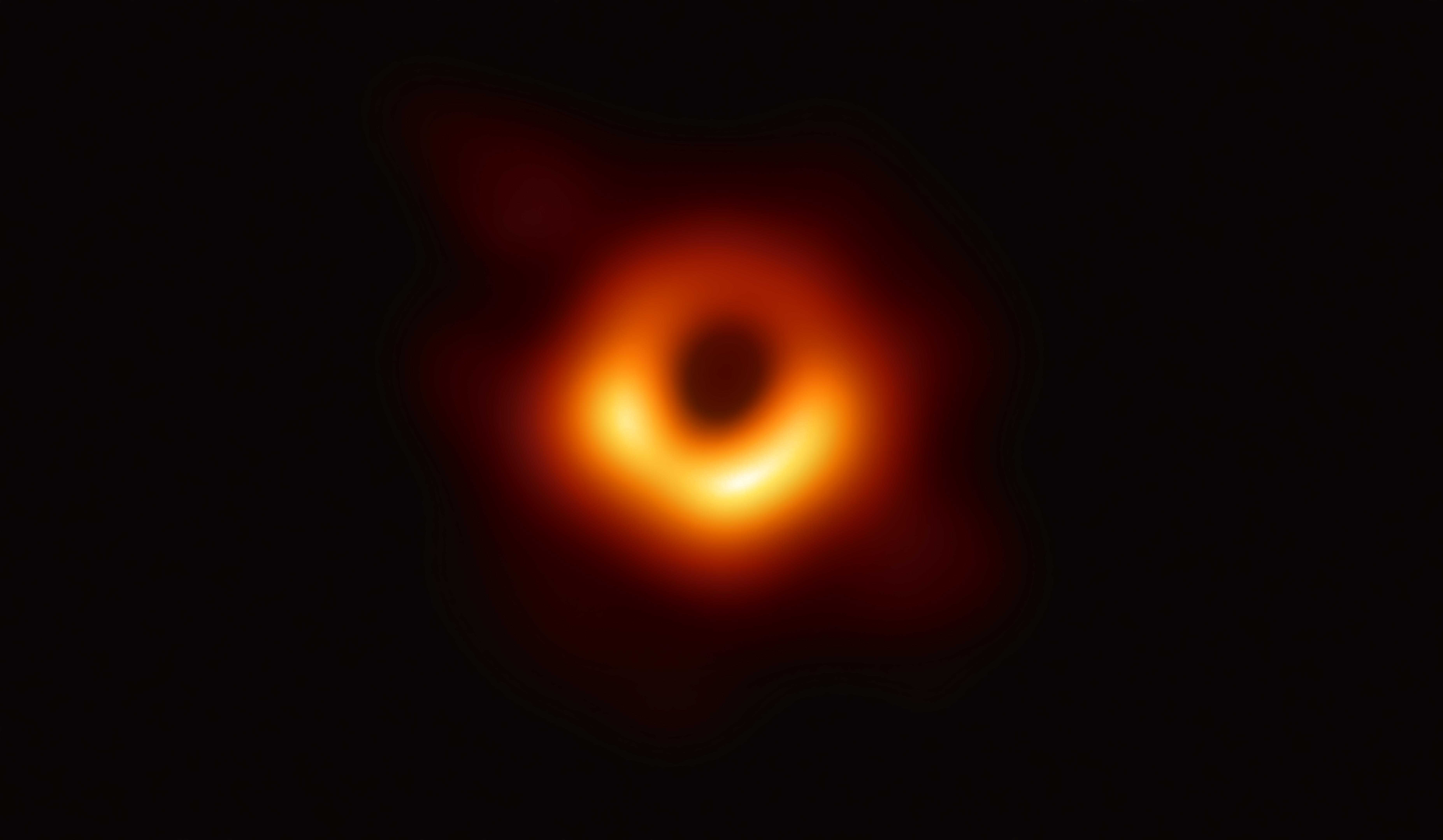 イベント・ホライズン・テレスコープで撮影された、銀河M87中心の巨大ブラックホールシャドウ。リング状の明るい部分の大きさはおよそ42マイクロ秒角であり、月面に