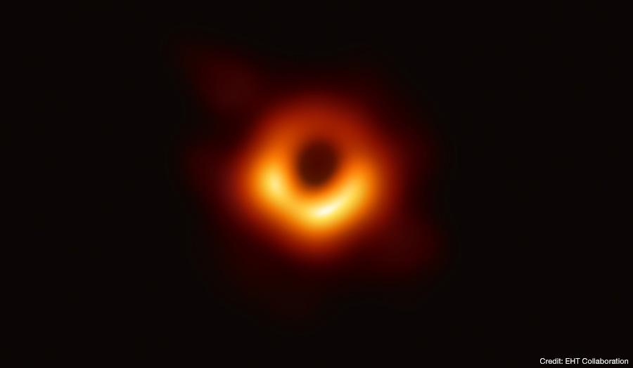 イベント・ホライズン・テレスコープで撮影された、銀河M87中心の巨大ブラックホールシャドウ。リング状の明るい部分の大きさはおよそ42マイクロ秒角であり、月面に置いた野球のボールを地球から見た時の大きさに相当します。