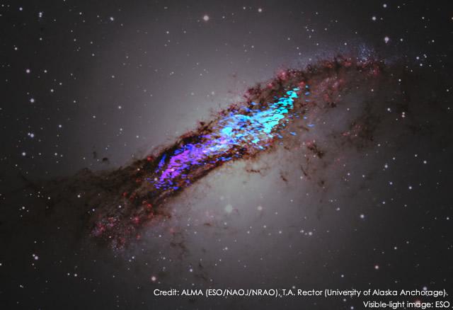 アルマ望遠鏡で観測された電波の画像とチリ・ラシーヤ天文台で観測された可視光の画像を合成した、楕円銀河ケンタウルスA