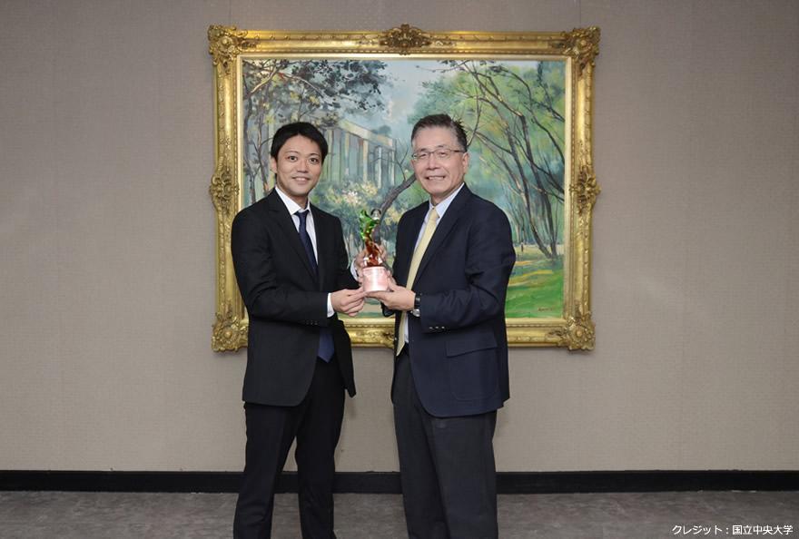 本賞を受賞した田中雅臣 理論研究部助教と台湾国立中央大学の周景揚 校長の写真
