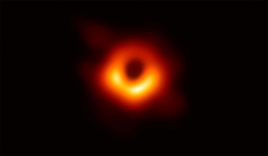 イベント・ホライズン・テレスコープで撮影された、銀河M87中心の巨大ブラックホールシャドウ
