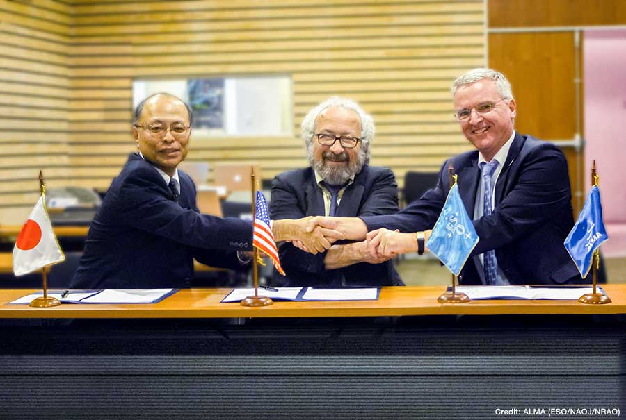 From left: Masahiko Hayashi (NAOJ Director General), Ethan J. Schreier (AUI President) and Tim de Zeeuw (ESO Director General) shaking hands upon the signature.